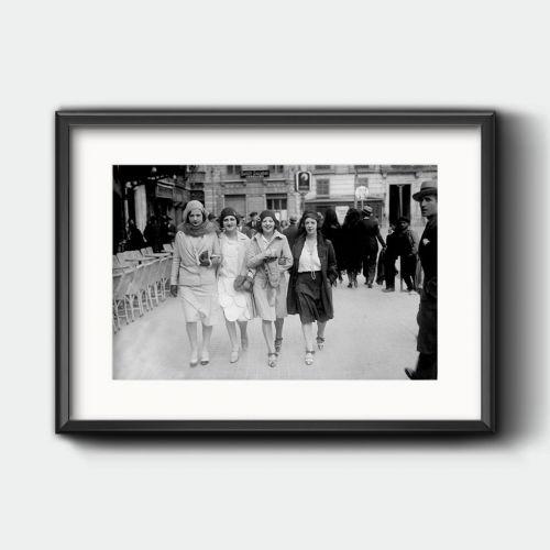 Jóvenes paseando en Zaragoza