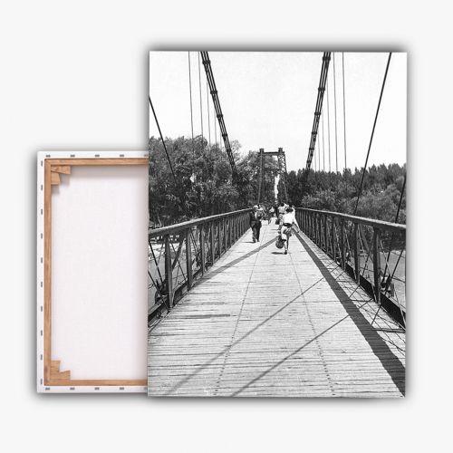 Peatones en la pasarela del Ebro
